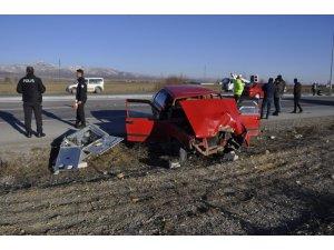 Otomobil elektrik panosuna çarptı: 6 yaralı