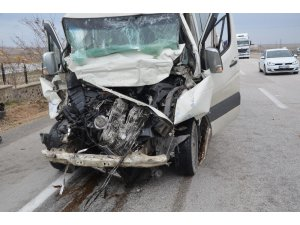 Minibüs tıra arkadan çarptı: 1 ölü, 3 yaralı
