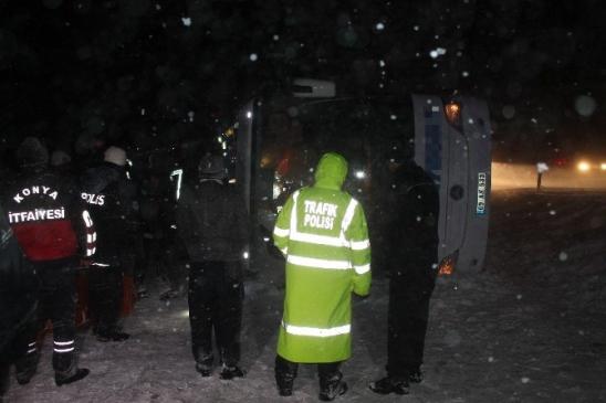 Konya Aksaray karayolunda otobüs devrildi 25 Yaralı