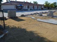 Yenikent'te Okulların Bahçesi Parke Taşlarla Döşeniyor