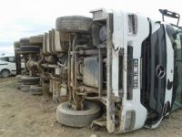 Eskil'de süt kamyonu devrildi:1 Yaralı
