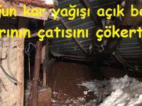 Yoğun kar yağışı açık besi ahırının çatısını çökertti