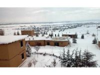 Kerpiç evlerin çatıları çökme tehlikesine karşın kardan temizleniyor
