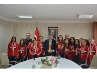 Başkan Özgüven şampiyonları ağırladı