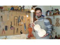 Genç müzisyen ürettiği müzik aletlerini satarak kazanç sağlıyor