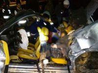Kontrolden çıkan otomobil direğe çarptı: 2 ölü, 2 yaralı