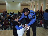 Aksaray Polisinden Öğrencilere Kışlık Mont Yardımı