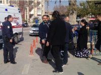 Polis Merkezi Bahçesinde 13 Yaşındaki Çocuk 2 Kişiyi Vurdu
