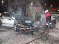 Çöp konteynerinde çıkan yangın, park halindeki otomobili yaktı