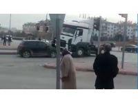 Otomobil sürücüsüne kızdı, tırı ile iki otomobile çarpıp kaçtı