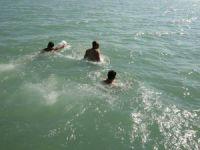 Afrin şehitleri için buz gibi göl sularında yüzdüler