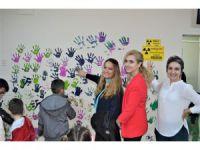 Çocuklar hastane duvarlarını boyadı