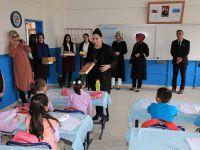 Yeşim Pekmez Ortakuyu İlkokulu'nu ziyaret etti