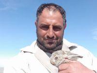 Alkışlar Eskilli çobana! Yavru tavşanı köpeklerin elinden kurtarıp doğaya bıraktı