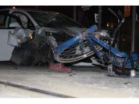 Konya'da kontrolden çıkan otomobil önce bisikletliye sonra tramvay durağına daldı: 1 ölü