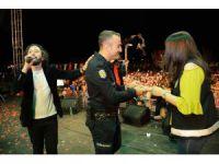 Polisten meslektaşı olan kız arkadaşına konserde evlenme teklifi