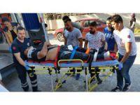 Motosikletiyle park halindeki iki araca çarpan sürücü yaralandı