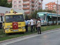 'U' dönüşü yapmak isteyen kurtarıcı, tramvay seferlerini 1 saat aksattı