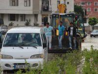 Suda mahsur kalan minibüse ilginç kurtarma