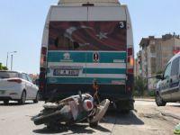 Minibüse çarpan elektrikli bisiklet sürücüsü yaralandı