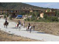 Sanatçıların köyünde rahvan atlar yarıştı