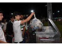 Konyaspor taraftarı Fenerbahçe maçı sonrası tribünlerdeki çöpleri topladı