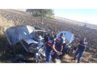 Tıra arkadan çarpan otomobil hurdaya döndü: 2 yaralı