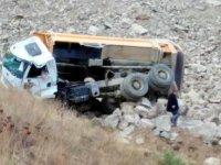 Hafriyat kamyonu yükünü boşaltırken uçurumdan yuvarlandı: 1 ölü