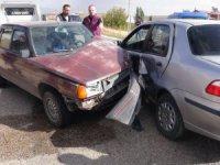 Aksaray'da iki otomobil çarpıştı: 3'ü çocuk 9 yaralı