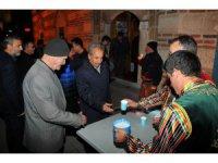 Akşehir Belediyesi vatandaşlara ballı süt dağıttı