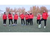 Futbolcu kızlar imkansızlıklar içinde çıktıkları maçlarda 1. Lig mücadelesi veriyor