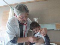 Çocuklarda boğaza kaçan cisimlere bilinçli müdahale hayat kurtarabilir