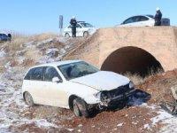 Otomobille tır çarpıştı: 1 polis ağır yaralı