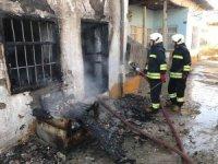 Evi yanan kadın iki çocuğuyla feryat etti