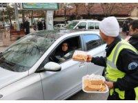 Sürücülere ceza yerine lokum bisküvi ikram edildi