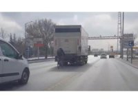 Bisikletle kamyon arkasındaki tehlikeli yolculuk hayrete düşürdü