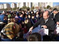 Başkan Pekyatırmacı çocuklara şivlilik dağıttı