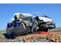 Minibüsle kamyon çarpıştı: 2 ağır yaralı