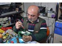 Fotoğraf makinelerini 12 yıldır tek eliyle tamir ediyor