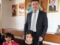 """Yürüme engelli Şevval, Başkan Dinçer'i makamında ziyaret ederek """"Hayırlı olsun"""" dedi"""