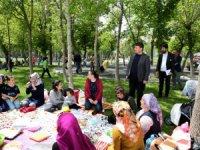 Evren Dinçer, kılıçaslan parkında öğrenciler ve vatandaşlarla sohbet etti