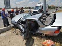 Aksaray'da otomobil direğe çarptı: 3 ölü
