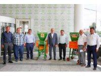 Meramlı çiftçilere üzüm sıkma makinesi