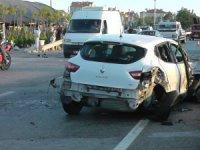 Otomobil, önce iki araca sonra direğe çarptı: 4 yaralı