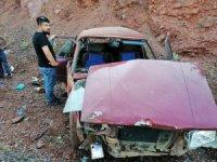 Otomobil dağa çarptı: 4 yaralı