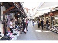 Osmanlı zabıta kıyafeti ile karanfil dağıttılar
