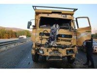 Kamyon ışıklarda bekleyen kamyona çarptı: 1 ölü