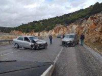 Hafif ticari araçla otomobil çarpıştı: 4 yaralı