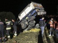 Konya'da kontrolden çıkan tır, otomobili altına aldı: 2 ölü, 3 yaralı