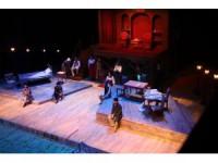 """Şehir Tiyatrosu """"Suç ve Ceza"""" oyunuyla perdelerini açtı"""